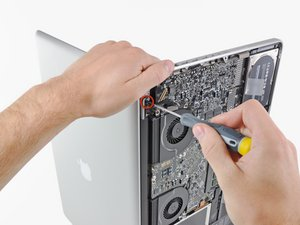 "Installing MacBook Pro 17"" Unibody Display"