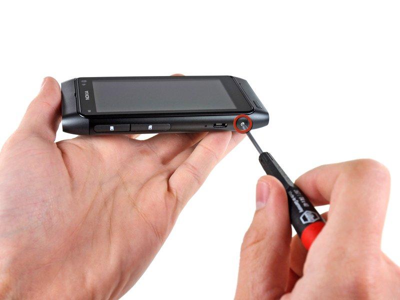 Для этого вставьте инструмент для разбора корпусов (или кредитку) в щель между корпусом и аккумуляторным отсеком и