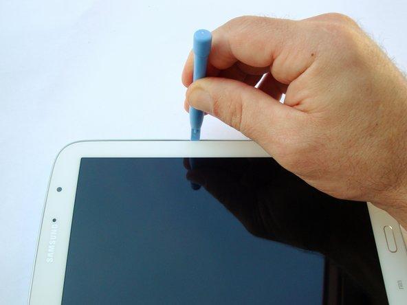 Es ist sehr wichtig, dass jetzt du nur drei der Seiten trennst. Die Seite des Tablets gegenüber dem Einschaltknopf hat noch eine Verbindung die beschädigt wird, wenn man versucht hier auch zu trennen.