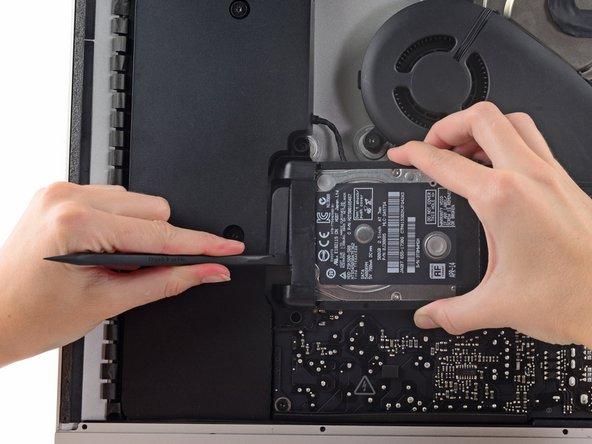 Utilisez un spudger pour débrancher l'unique câble SATA d'alimentation et de données.