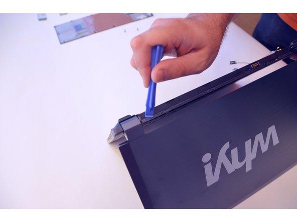 Drücken Sie sanft auf den ersten Clips damit die Abdeckungs-Leiste mit dem ON/OFF Knopf entfernt werden kann.