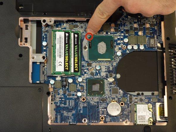 Entriegeln Sie nun das Koppelungssystem des Prozessors mit einem klassischen Schraubenzieher.