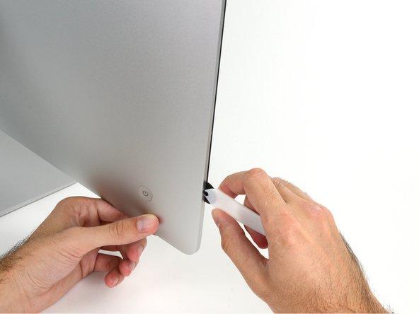 Die Achse am iMac Opening Tool verhindert, dass du es zu tief einschieben kannst. Wenn du ein anderes Werkzeug verwendest, musst du aufpassen, dass du es nicht tiefer als 9 mm in das Display einschiebst.Sonst riskierst du ein Durchschneiden der Antennenkabel, was zu ernsthaften Schaden führen kann.