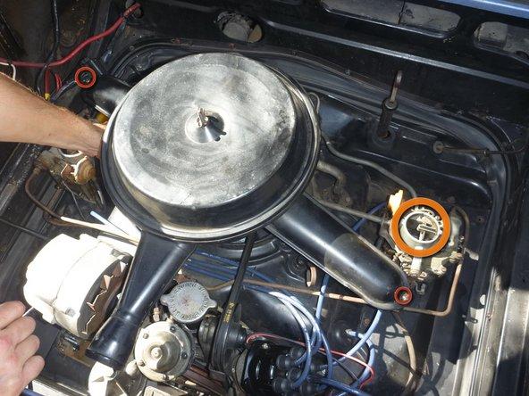 Faites pivoter le filtre à air afin que l'entrée des deux carburateurs soient visibles. Maintenant, vous pourrez les ajuster.