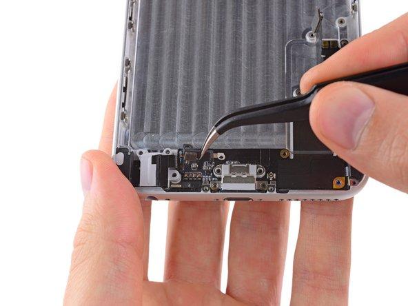 Utilisez une paire de pinces pour saisir le clip en plastique qui se trouve à droite de la prise casque et retirez-le de l'iPhone.