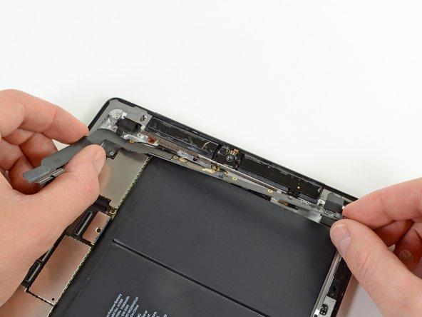 Greife die Kopfhörerbuchsen Einheit mit beiden Händen und ziehe sie mit beiden Händen vom iPad weg. Achte dabei auf Kabel, die im Weg sein können.