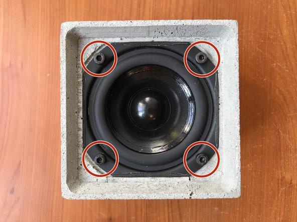 Retirer les 4 vis du haut-parleur à l'aide d'un tournevis dynamométrique pour vis M4