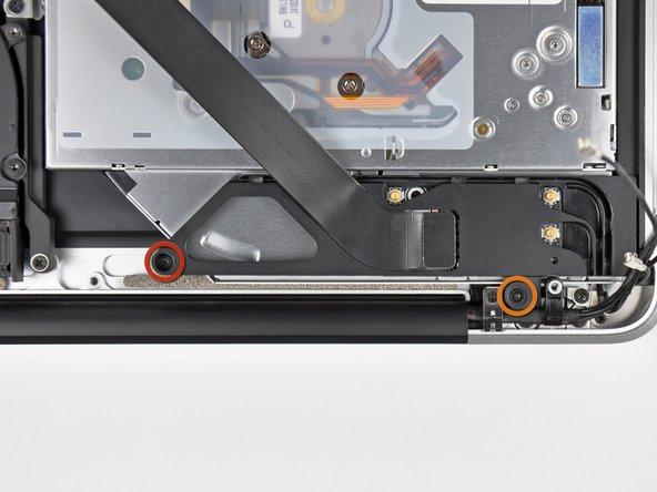Dévissez les deux vis suivantes, fixant le boîtier AirPort/Bluetooth au boîtier supérieur: