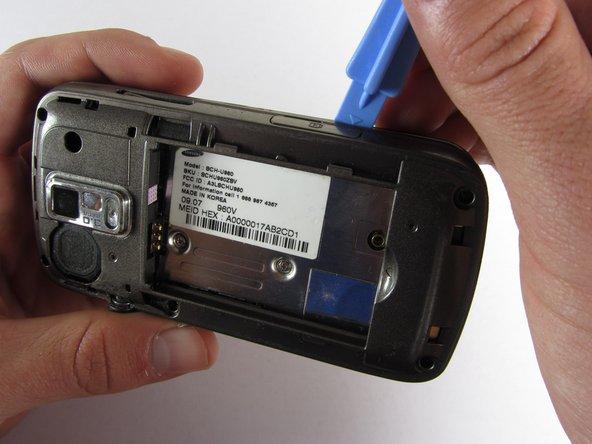 Utilisez un outil d'ouverture en plastique pour soulever délicatement le couvercle arrière.