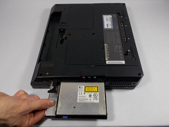 Retirez avec précaution le lecteur CD de l'ordinateur portable.