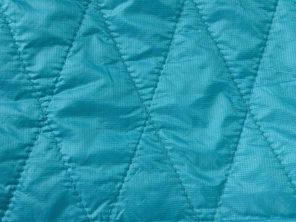 Esaminare l'area della giacca con la cucitura rotta. Nel nostro caso mancano alcuni punti lungo una delle cuciture.