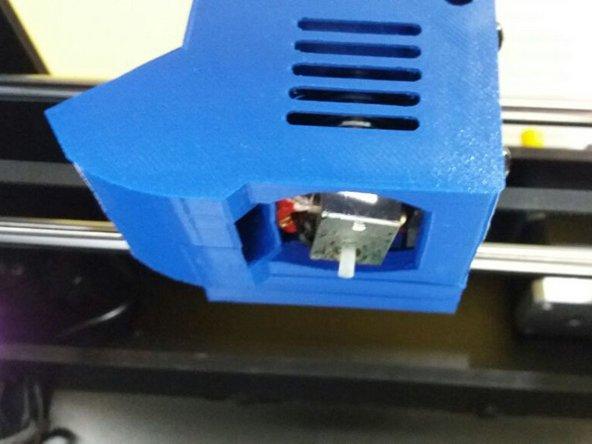 Posicionando a broca no buraco indicado, empurre-a para baixo, até que o PTFE interno saia por baixo do cabeçote (onde está o buraco do bico).