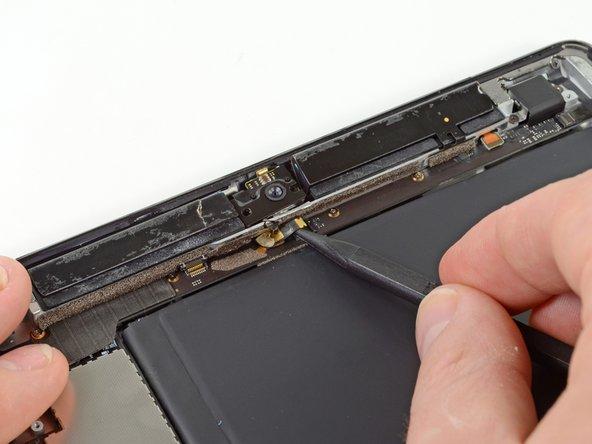 Führe die Spudgerspitze unterhalb des Flachbandkabels des Mikrofons ein und es von seinem ZIF Stecker.