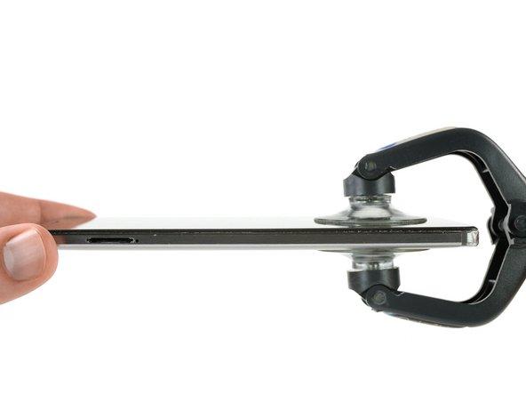 Servez-vous d'un iSclack ou d'une ventouse pour séparer la partie inférieure de l'ensemble écran et la coque arrière.