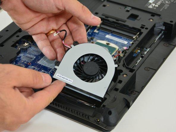 Image 3/3: Schlussendlich entfernen Sie den Ventilator in dem Sie ihn herausheben.