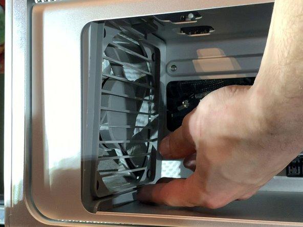Ensuite, comme sur la photo, soulevez légèrement le bas du ventilateur pour sortir le clips du bas