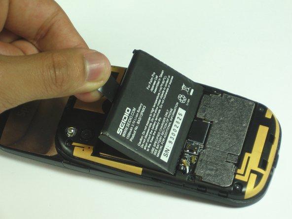 Tirez doucement sur l'onglet pour retirer la batterie actuelle.