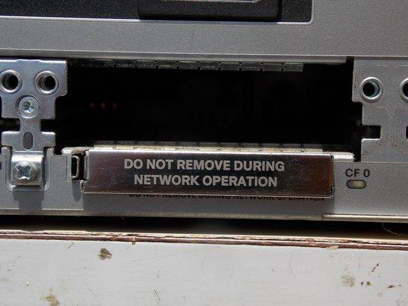 Inserte la tarjeta o instale la tapa protectora del router para evitar que se acumule el polvo.