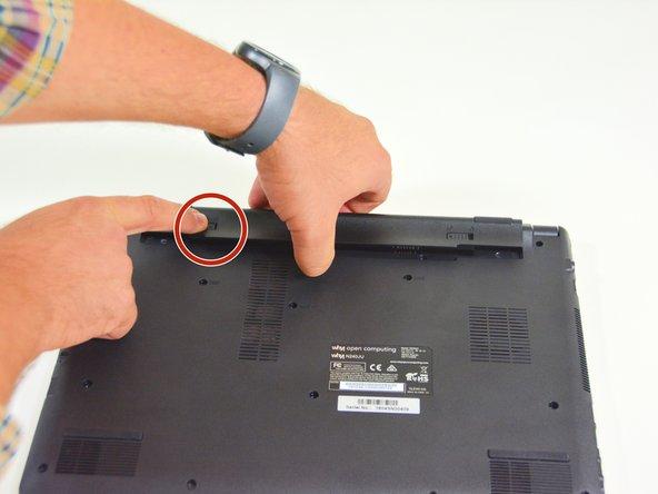 Image 2/2: Danach entfernen Sie den Akkumulator mit simultan geöffnetem Riegel auf der linken Seite.