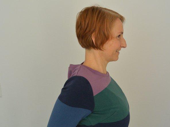 Kreise die Schultern von vorne nach hinten und andersherum. Lasse die Bewegung langsam größer werden, die Ellbogen führen nun die Kreise an, wenn möglich endest Du mit kreisenden Bewegungen des ganzen Armes. Gerne dasselbe auch rückwärts.