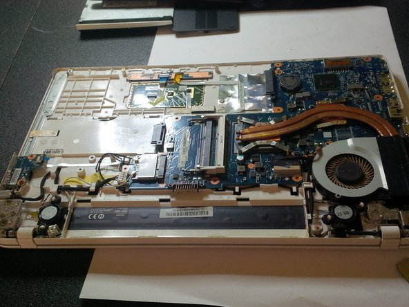 Image 3/3: after opening you'll see the mainboard or like we call it here in Belgium :  the motherboard.