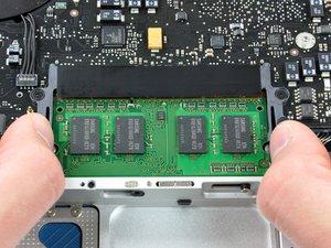 Installazione della memoria RAM nel MacBook Unibody modello A1278