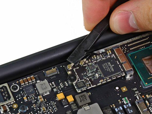 Heble beide Antennenkabelstecker mit einem Spudger nach oben und entferne sie aus ihren Sockeln auf der  AirPort/Bluetooth Karte.