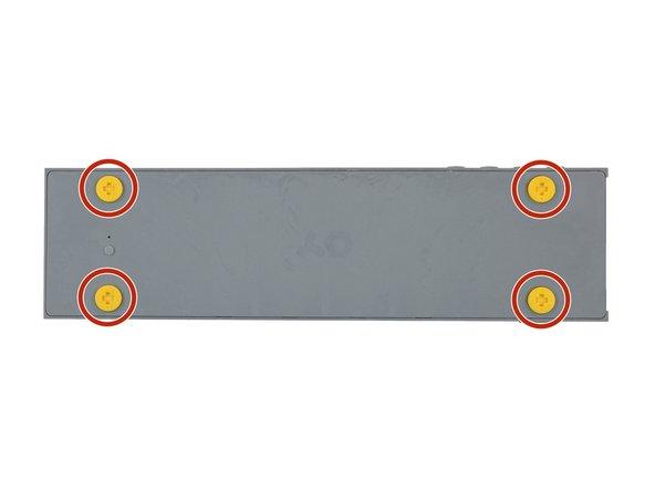 Sblocca i quattro piedini di gomma ruotandoli di 90° in senso antiorario usando il pollice o la punta di un dito.