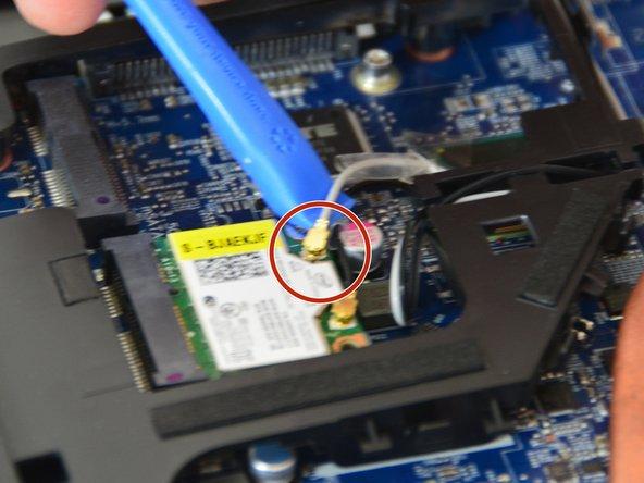 Lösen Sie sorgfältig die Antennen-Stecker MAIN und AUX.