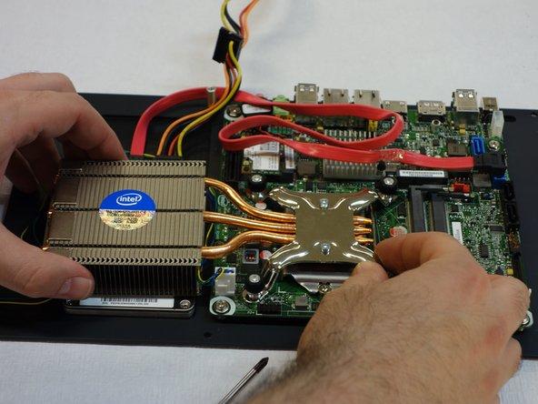 Legen Sie nun das Kühlungsagregat des Prozessors und der Festplatte nieder.