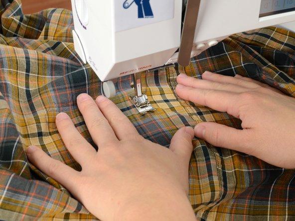 破れた箇所の1.5センチ上にミシンの針を合わせます。