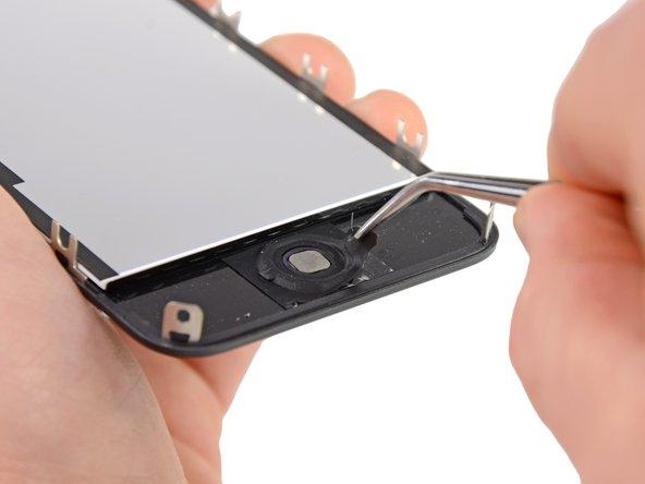 С помощью пинцета аккуратно отклейте кнопку Home от дисплея.