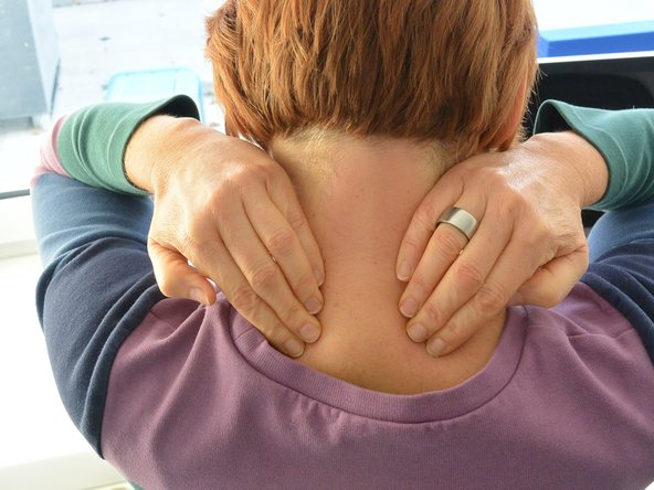 Use your fingertips to move down the right and left of the cervical spine and stroke your neck toward your shoulders. You decide for yourself how much you want to strike out. 3-4 weeks
