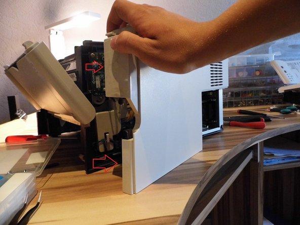 Image 3/3: Nachdem alle Clips gelöst wurden, kannst du die Abdeckung vorne am Papiereinzug wegklappen (siehe Bild 3).