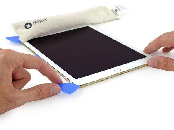 Image 1/2: Новая панель менее гибкая, чем в предыдущих iPad, но даже когда вы вставляете медиатор не очень глубоко и пытаетесь отклеить стекло, дисплей всё равно страдает.