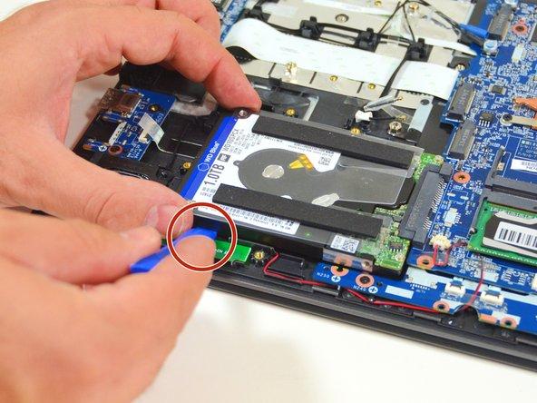 Image 2/3: Schlussendlich ziehen Sie die Festplatte aus seinem SATA Stecker heraus.