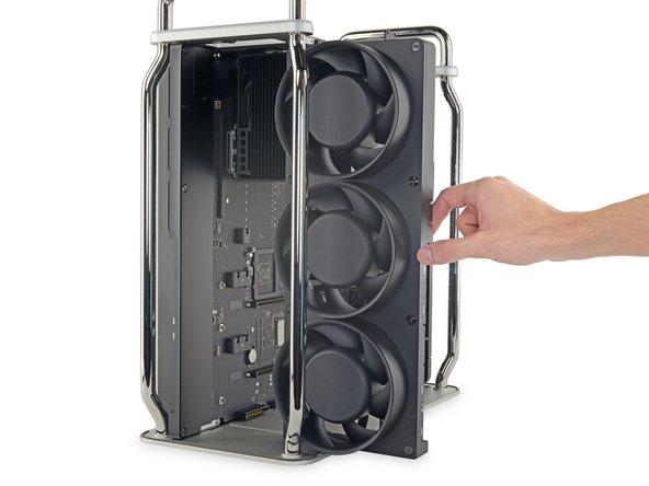 La matriz de tres ventiladores sale de una pieza. Se mantiene en su lugar con seis tornillos y se conecta a la placa lógica con contactos de resorte, ¡sin cables molestos!