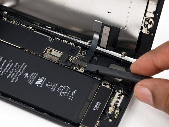 Usa l'estremità piatta di uno spudger un'unghia per staccare i due connettori inferiori del display sollevandoli verso l'alto dai loro zoccolino sulla scheda logica.