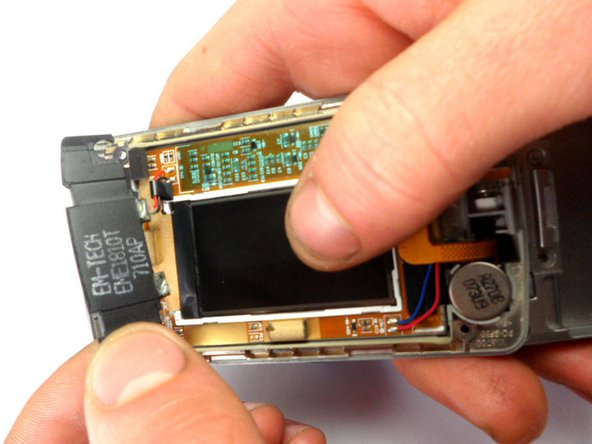 Retirez l'écouteur du téléphone en le soulevant à l'aide d'un outil d'ouverture en plastique.