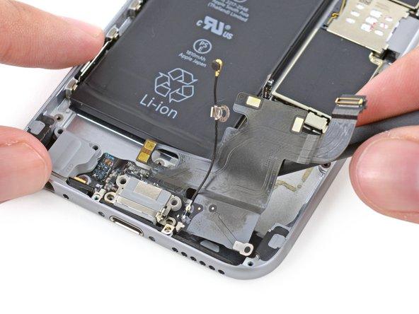 Utilisez le bout plat d'un spudger pour lever sous la partie du connecteur Lightning pour libérer plus d'adhésif.