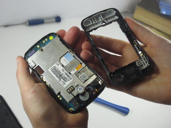 En utilisant l'iOpener, séparez le téléphone en deux.