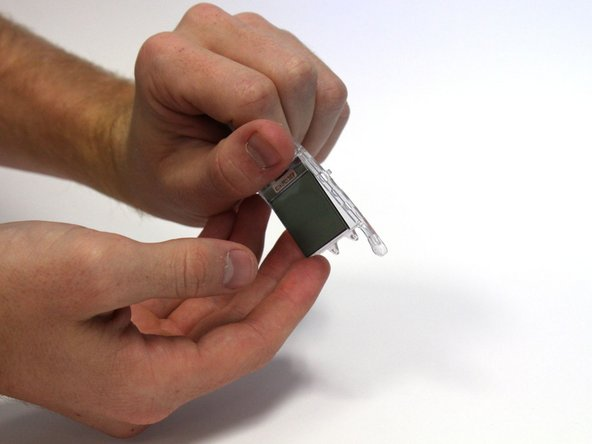 Retournez le bac de composants, ce qui permet à l'écran LCD de s'enlever.