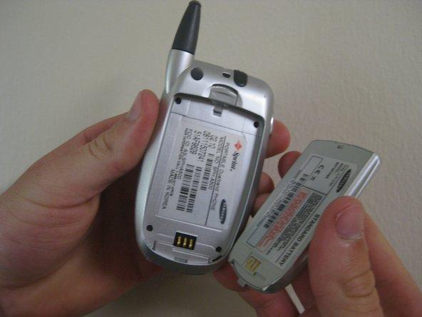 Retirez la batterie du téléphone, ce qui révélera quatre vis dans les coins du téléphone.