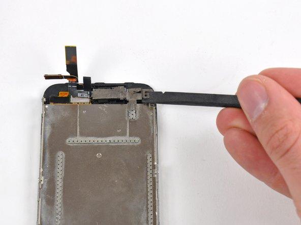 Utilisez l'extrémité plate d'une spatule (spudger) pour soulever légèrement le côté droit du cache du haut-parleur interne.