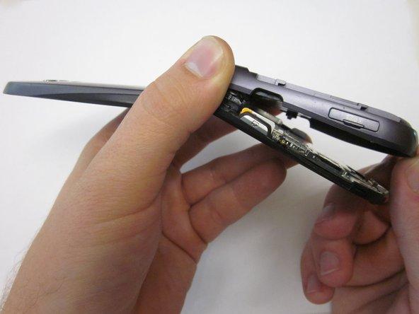 Soulevez le couvercle arrière en commençant par le bas du téléphone.