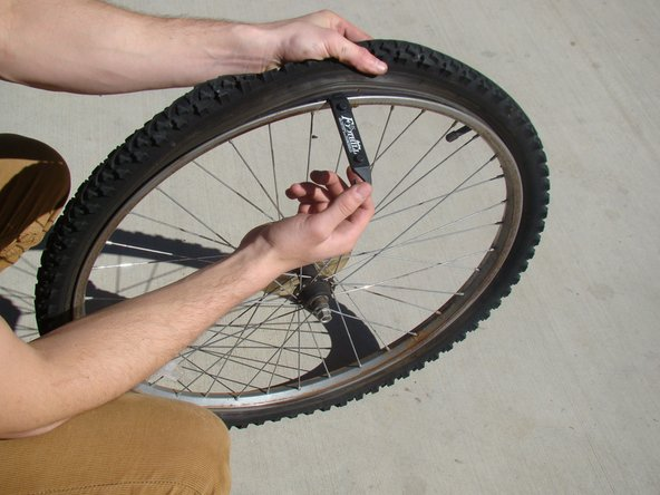 Image 1/2: Clip the tire lever to the nearest spoke.