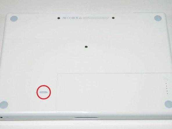 使用硬币,以顺时针方向90度转动电池固定键。