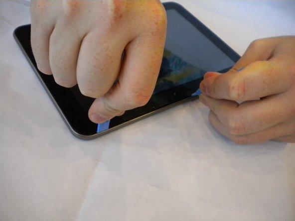 À 6 cm du premier outil d'ouverture en plastique, insérer un deuxième outil d'ouverture en plastique entre le couvercle arrière et l'écran.