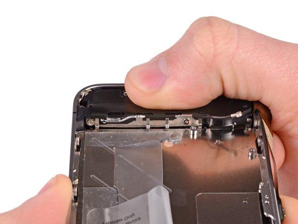 До вкручивания назад винтов крепления внешнего динамика убедитесь, что контакты заземления Wi-Fi касаются металлическую часть корпуса iPhone как показано на втором изображении.