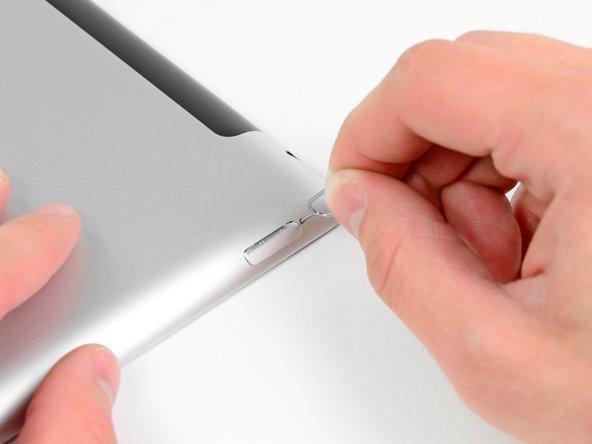 Lasse den SIM Einschub mit einer SIM Auswurfnadel oder einer aufgebogenen Büroklammer herausspringen.